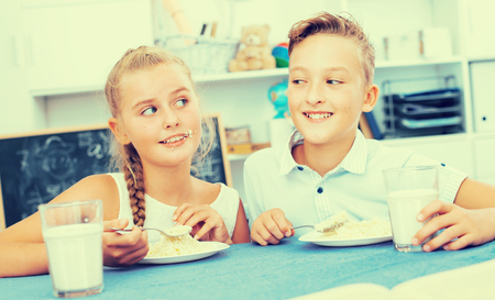 Portrait of sister with brother who are eating at time lunch at home. Banque d'images - 95528017