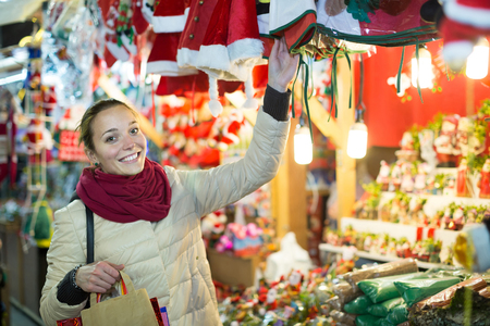 happy american girl shopping at festive fair before Xmas in evening time 免版税图像