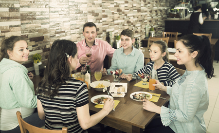Big friendly family having fun and dinning in cafe 스톡 콘텐츠