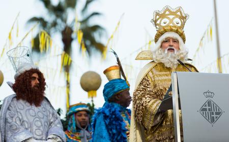 BARCELONA, ESPAÑA - 5 DE ENERO DE 2017: El rey Melchor saluda a los ciudadanos y visitantes de Barcelona. Barcelona, España