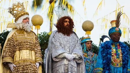 BARCELONA, ESPAÑA - 5 DE ENERO DE 2017: Saludo de tres magos (Melchor, Baltasar y Gaspar) ciudadanos y visitantes de Barcelona. Barcelona, España