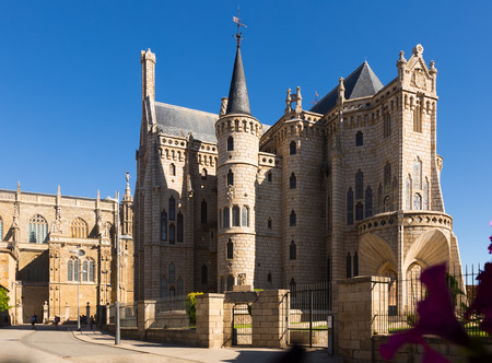 Astorga, España - 28 de junio de 2015: Palacio Episcopal de Astorga durante el día. Castilla y León, España