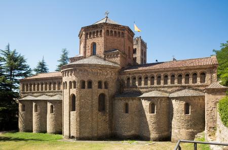 サンタ・マリア・デ・リポルのベネディクト会修道院カタルーニャの最も重要なロマネスク様式のアンサンブル 写真素材 - 103933975