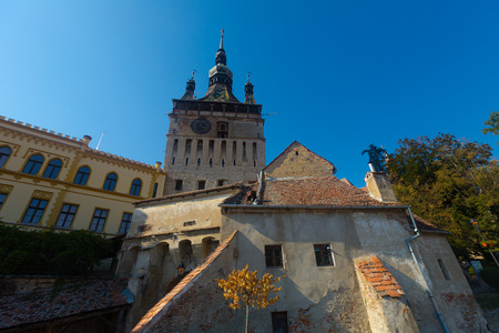 View of clock tower from fortress square in center of Sighisoara, Transylvania, Romania 免版税图像 - 106159489