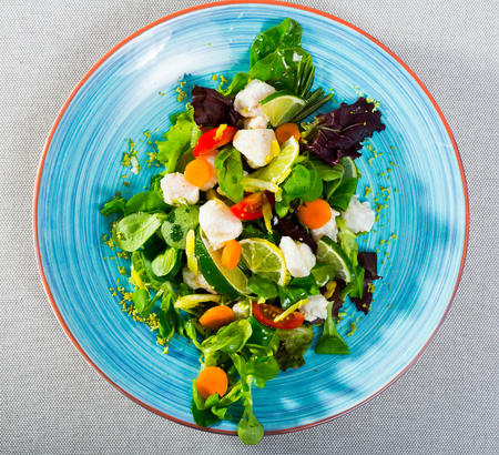 Recipe of salad with pickled merluccius: chop 200g of fish fillet, marinate in lemon juice and black pepper. Serve with lettuce leaves, fresh carrots and lemon slices. Season with oil and balsamic