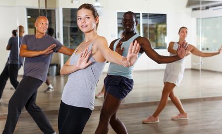 Heureux les jeunes danseurs pratiquant un swing vigoureux en studio de danse