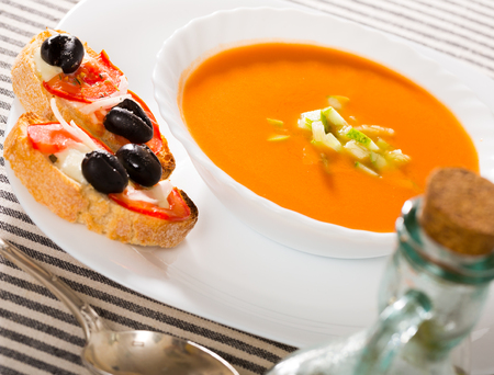 Image of spanish traditional cold soup gazpacho served with hot sandwiches Zdjęcie Seryjne