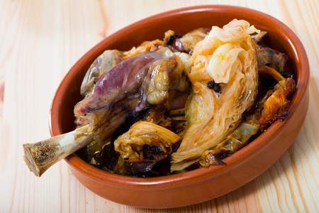 Farikal noruego tradicional: carne de cordero guisada con repollo y granos de pimienta servida en vajilla de barro Foto de archivo
