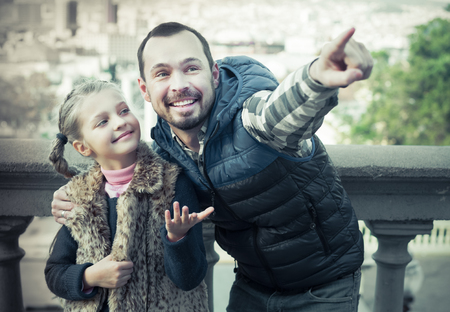 Happy young father and daughter walking in city during sightseeing tour Zdjęcie Seryjne