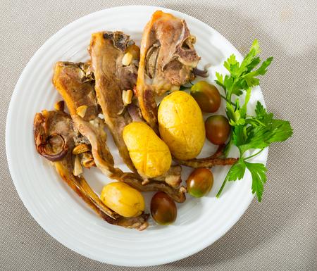 Traditional spanish dish Costillas de cordero, lamb with vegetables Foto de archivo - 109387067