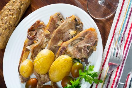 Traditional spanish dish Costillas de cordero, lamb with vegetables Foto de archivo - 109387154