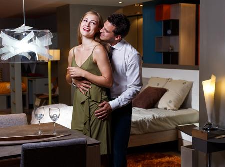 Attraente giovane donna e bell'uomo elegante che si divertono in modo romantico a casa Archivio Fotografico