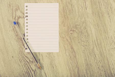 Pagina strappata in linea sul tavolo con la penna Archivio Fotografico