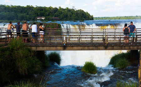 IGUAZU, ARGENTINA – FEBRUARY 16, 2017:  Numerous visitors of the park taking in marvelous view of the Iguazu Falls. Iguazu, Argentina Banque d'images - 110870345