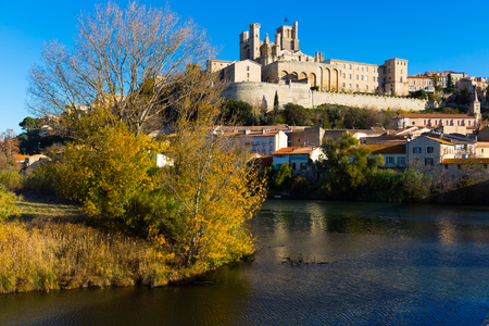 View of Cathedral of Saint Nazaire across Orb river, Beziers, France Banque d'images