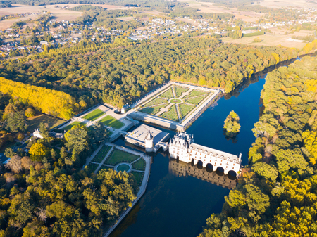 Aerial view of picturesque autumn landscape with famous medieval Chateau de Chenonceau in Loire Valley, France Stockfoto