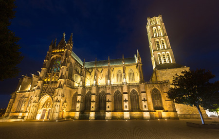 Night view of medieval Saint-Etienne Cathedral in city Limoges, France Imagens