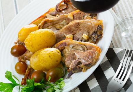 Traditional spanish dish Costillas de cordero, lamb with vegetables Foto de archivo - 112802796