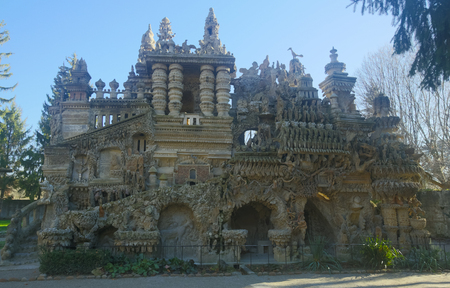HAUTERIVES, FRANCE - DECEMBER 7, 2017: Palais ideal, unique palace of postman Ferdinand Cheval in Hauterives, Drome, France 新聞圖片