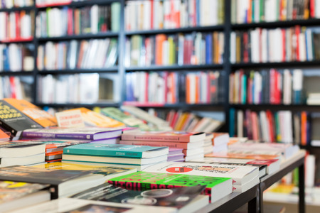 BARCELONA, España - 22 de febrero de 2018: Librería que ofrece una gran selección de libros en sus estanterías