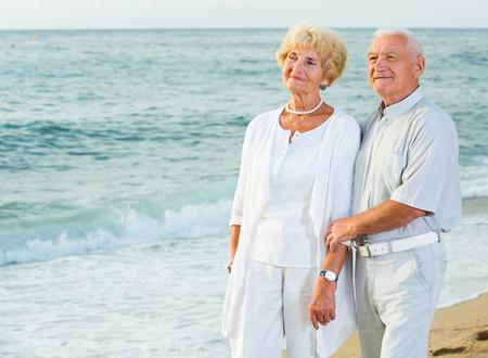 Ritratto di donna matura e maschio in piedi sulla costa del mare