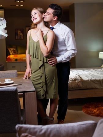 Ritratto di una bella coppia di innamorati che trascorre del tempo insieme in un appartamento elegante