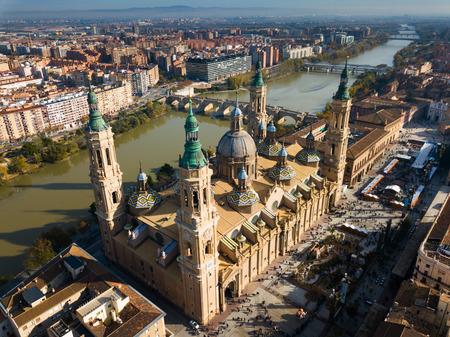 Vue aérienne de Saragosse avec la cathédrale-basilique de Notre-Dame du Pilier sur la rive de l'Èbre, Espagne