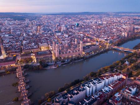 Ville Saragosse à l'aube. Vue aérienne. Espagne Banque d'images