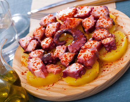 Appetizing tentacle of octopus with boiled potatoes seasoned with smoked paprika Imagens