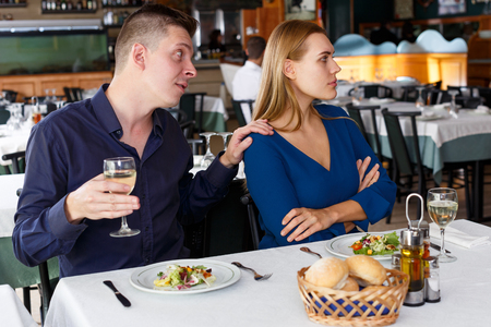 Upset man and woman quarreling at table in restaurant Banque d'images