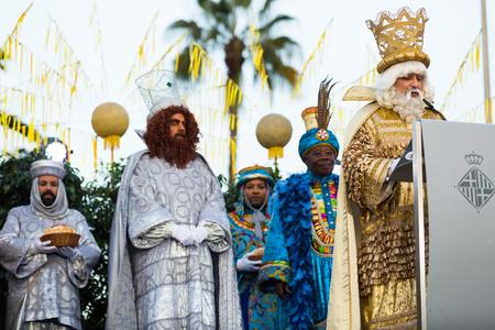 BARCELONA, ESPAÑA - 5 DE ENERO DE 2017: Reyes Magos saludan con alegría a ciudadanos e invitados de Barcelona. Barcelona, España