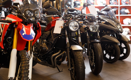 View of range new motorcycles parked in showroom for sale at motosalon Stockfoto