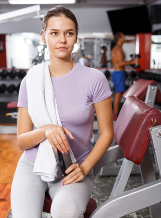 Portrait of young slim cheerful woman posing at gym Stockfoto