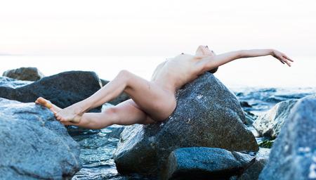 portret van ontspanning jonge vrouw bij zonsondergang kust Stockfoto