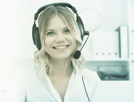 Persona de soporte técnico amigable chica o gerente de centro de llamadas en la oficina