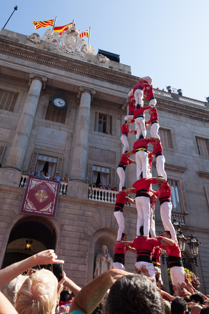 BARCELONA, SPAIN  - SEPTEMBER 23, 2018: Group of castellers make castell in front of ayuntamiento building during La Merca in Barcelona 報道画像