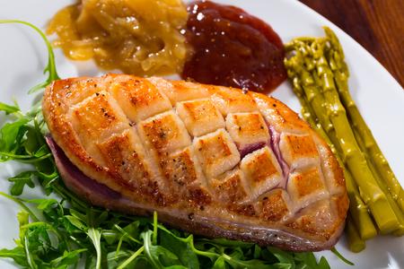 Leckerer Entenmagret mit zwei Saucen, frischem Rucola und eingelegtem Spargel Standard-Bild