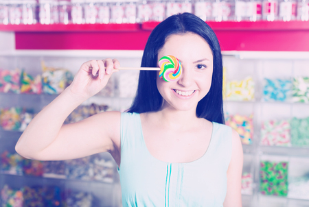 Portrait of  girl  with lollypop at candies shop Stockfoto