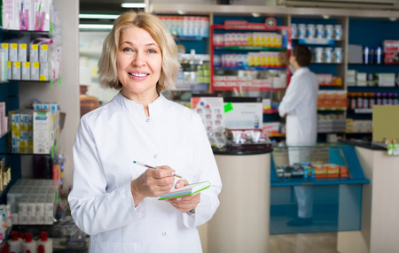 Técnico femenino que trabaja en la tienda de farmacia