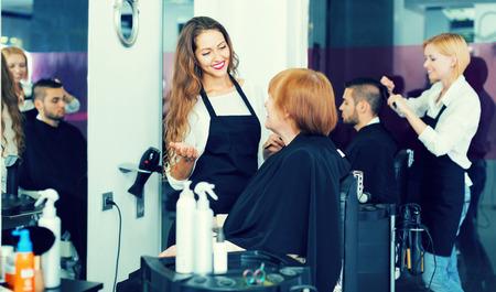 barbier américain adulte fait la coupe pour femme mûre