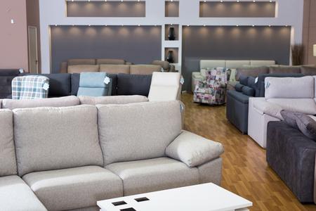 Interior del salón de compras de muebles con sofás Foto de archivo
