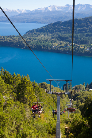BARILOCHE, ARGENTINA – FEBRUARY 06, 2017:  Funicular up to the top of Cerro Campanario in Rio Negro Province. Bariloche, Argentina 新聞圖片