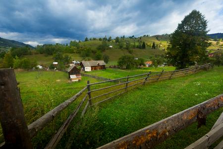 Das alte Dorf Sadova liegt in Karpaty in Rumänien.