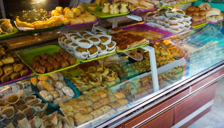 Geassorteerde Turkse snoepjes op teller bij markt Stockfoto