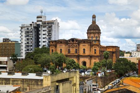 Panoramablick auf Gebäude und Straßen des zentralen Bereichs der Hauptstadt Asuncion, Paraguay