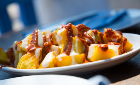 Fried pieces of potatoes in sauce original and tasty dish in Spain Banque d'images