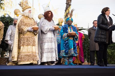 BARCELONA, ESPAÑA - 5 DE ENERO DE 2017: Reunión del alcalde de Barcelona y saludo a los Reyes Magos y a los ciudadanos. Barcelona, España