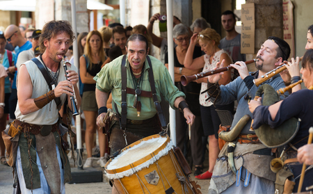 BESALU, SPAIN - SEPTEMBER 02, 2017: Performance from musicians on Medieval Fiesta playing on ancient music instruments Banco de Imagens - 124827701