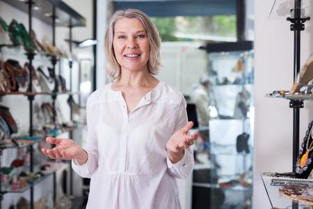 Porträt einer Verkäuferin im Juweliergeschäft Standard-Bild