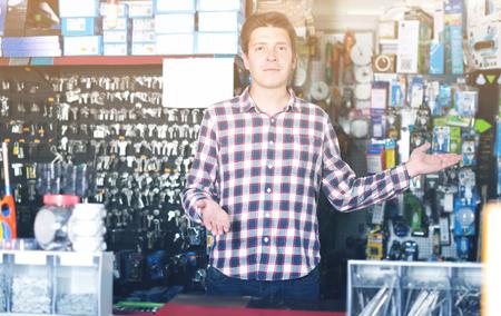 Retrato de un empleado adulto vendiendo y fabricando llaves en ferretería Foto de archivo